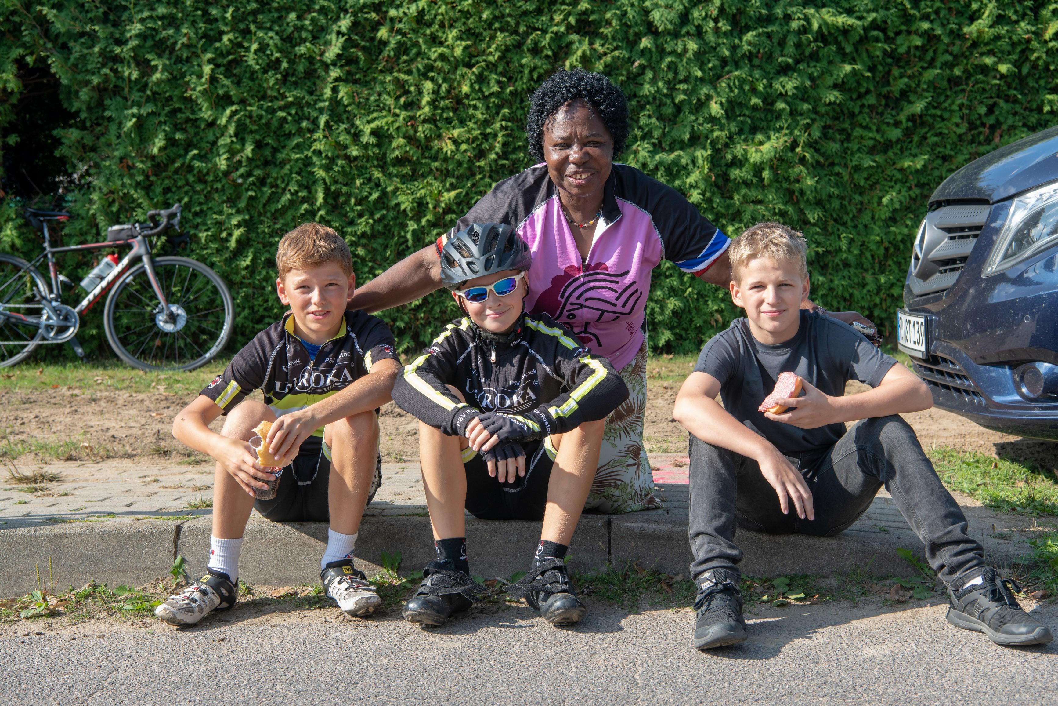Passy Nabulya mit den Jungen vom PSV